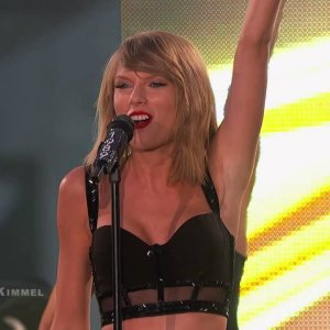"""Taylor Swift Performs """"Shake It Off"""""""