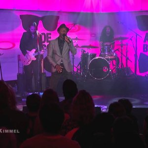 "Aloe Blacc Performs ""Love is the Answer"""