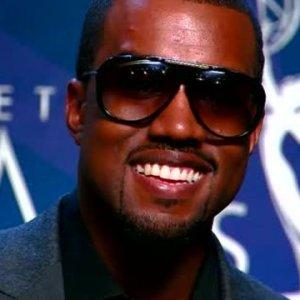 Kanye West refuse de continuer son concert à moins que ses fans en chaise-roulante se lèvent