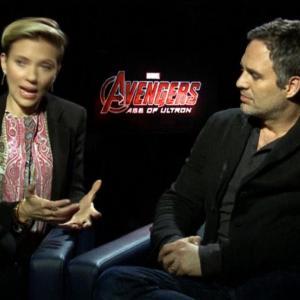 Avengers 2 : Chris Evans et Jeremy Renner s'excusent après avoir traité Scarlett Johansson de…